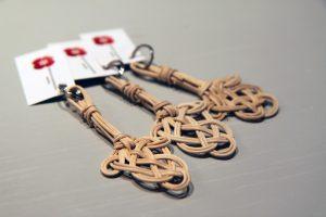 Kolme mattopiiskan muotoista avaimenperää
